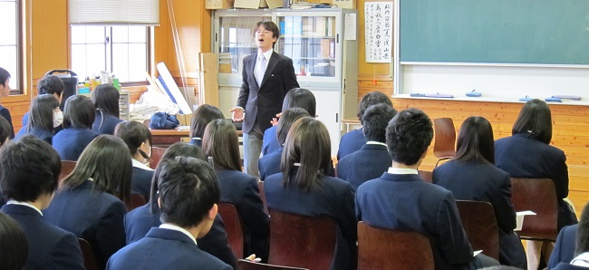 学校講演で緊張気味の佐藤政樹