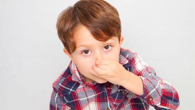 鼻をつまむ子供